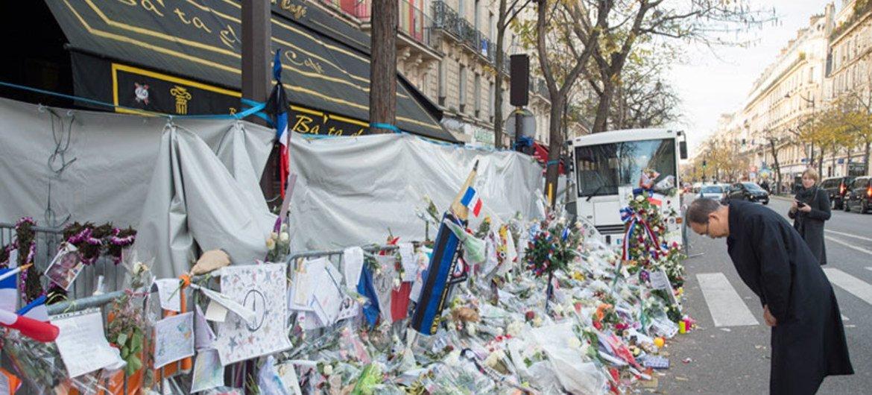 Le Secrétaire général Ban Ki-moon rend hommage aux victimes des attentats du 13 novembre à Paris. 6 décembre 2015. Photo ONU/Eskinder Debebe
