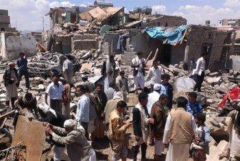 Des Yéménites fouillent des décombres après un bombardement par la coalition menée par l'Arabie saoudite.