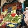 الفواكه والخضروات الطازجة تباع في شارع في الجيزة، مصر