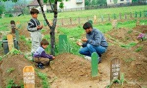 Отец у могилы сына, погибшего в Сребренице
