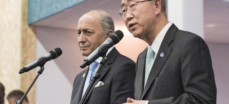 潘基文秘书长与法国外长在巴黎气候变化大会期间举行联合记者会。联合国图片/Mark Garten