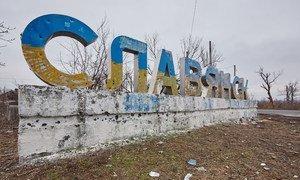 L'entrée de la ville de Sloviansk, en Ukraine, marquée par des balles et des éclats d'obus.
