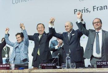 Генеральный секретарь ООН, президент  м министр иностранных дел Франции приветствуют принятие Парижского соглашения по климату Фото Секретариат Рамочной конвенции ООН по изменению климата