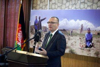 Le Secrétaire général adjoint des Nations Unies pour les affaires politiques, Jeffrey Feltman, s'exprime lors d'une réunion-débat à Kabul, en Afghanistan.