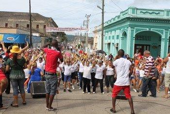Baile en las calles de Camajuani, en la provincia cubana de Villa Clara. Foto: OPS/OMS