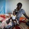 La inseguridad alimentaria entre los niños sursudaneses es especialmente preocupante. En la imagen, una madre espera a ser atendida junto a su hijo Ayen, de 10 meses, en un hospital de UNICEF en Bor, Sudán del Sur. Foto de archivo: UNICEF/Sebastian Rich