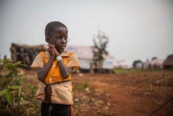 Un petit garçon du Burundi ayant dû fuir sa maison à cause de la violence à trouvé refuge dans un camp en Tanzanie. Photo UNICEF/Rob Beechey