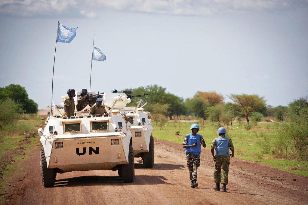 联合国维和人员在苏丹与南苏丹争议地区阿卜耶伊执行巡逻任务。