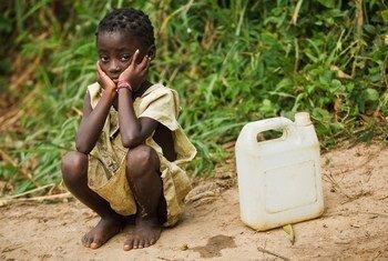 Une petite fille attend de remplir son bidon d'eau dans le village de Kikonka, en République démocratique du Congo (RDC). Photo UNICEF/Olivier Asselin