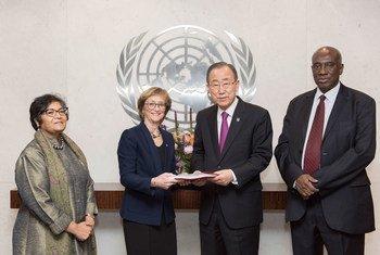 Пан Ги Мун получает доклад  от членов независимой Комиссии.   Фото ООН
