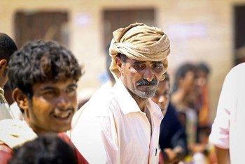 Des personnes déplacées yéménites attendent de recevoir une assistance alimentaire du PAM. Photo PAM/Ammar Bamatraf