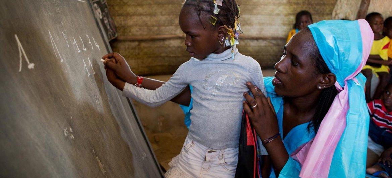 Dos tercios de los analfabetos del mundo son mujeres, revela la UNESCO | Noticias ONU