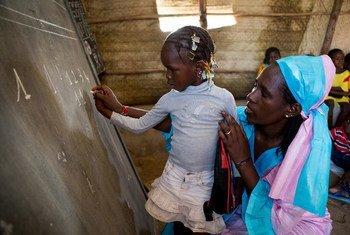 Mariam Soumaguel enseigne dans l'école Alpha Moya, à Timbouctou, au Mali. Photo UNICEF/UNI203065/Dicko