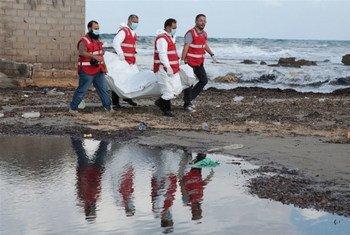 2015年12月,的黎波里红十字会人员从利比亚海岸水域中又打捞起一名移民的尸体。在利比亚的乱局中,移民很容易遭受侵犯和虐待。区域综合信息网图片/ Mohamed Ben Khalifa