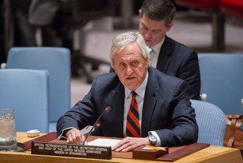 Le Représentant spécial du Secrétaire général et chef de la Mission d'assistance des Nations Unies en Afghanistan (MANUA), Nicholas Haysom, fait un compte-rendu au Conseil de sécurité. Photo ONU/Rick Bajornas