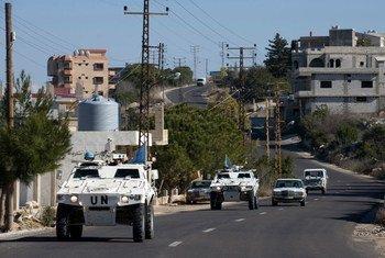 Des Casques bleus de l'ONU patrouillent dans des véhicules blindés dans la ville de Jwayya entre Tyr et Tibnin au Liban.