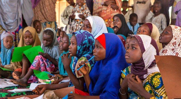 Las niñas utilizan sus nuevos materiales escolares en un aula de un centro de aprendizaje informal respaldado por UNICEF en el campamento de Dalori para desplazados. Foto: UNICEF/Andrew Esiebo