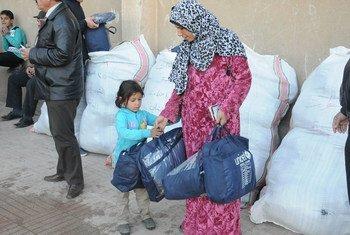 نازحون سوريون يتلقون مساعدات من اليونيسيف