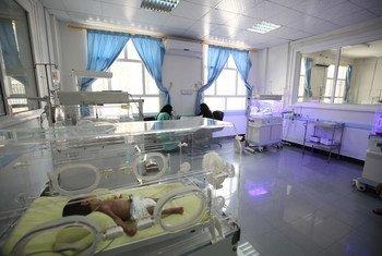 Un nouveau-né en couveuse à l'hôpital Al-Sabeen à Sana'a. Les combats intenses et les bombardements causent de fréquentes coupures d'électricité et des pénuries de médicaments et de carburant, paralysant de nombreux hôpitaux au Yémen.