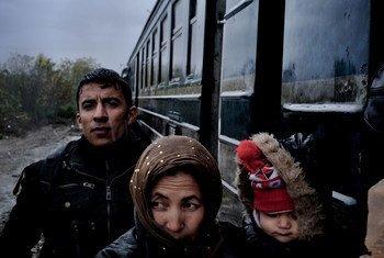 2015年12月,在前南斯拉夫与希腊边界的一个过境点,主要来自叙利亚、阿富汗和伊拉克的难民正在通过接待中心。儿基会图片/Ashley Gilbertson VII