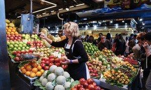 Un marchand de fruits à Barcelone, en Espagne.