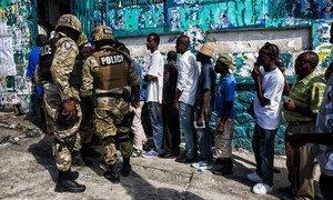 Des électeurs haïtiens votent au second tour des élections législatives et sénatoriales et au premier tour du scrutin présidentiel, dans la capitale d'Haïti, Port au Prince, le 25 octobre 2015.