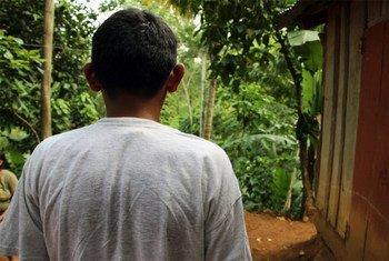 Bryan (nombre ficticio), un joven hondureño de 17 años, perdió una pierna cuando viajaba en un tren de carga rumbo a Estados Unidos. © UNICEF LACRO/2014/González.