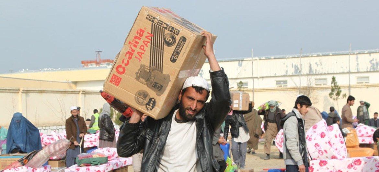 Мирные жители  Афганистана в провинции Кундуз  получают  гуманитарную помощь.  Фото  ООН