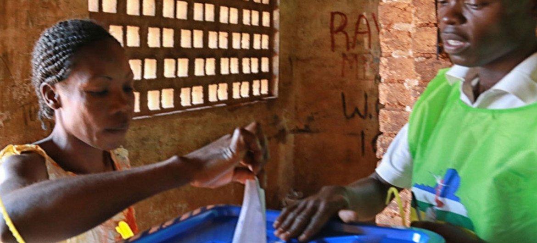 Una mujer votó el 14 de diciembre en las elecciones sobre un referéndum constitucional para ayudar a estabilizar la República Centroafricana. Foto: MINUSCA
