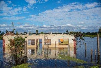 Inundação na comunidade de Chaco'i, a 30 milhas de Assunção, capital do Paraguai, em julho de 2014.