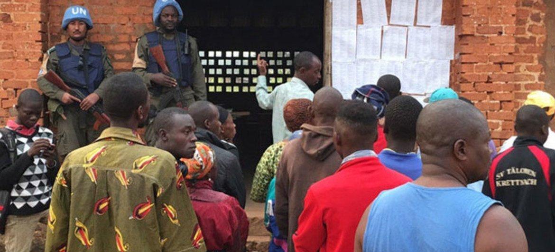Миротворцы ООН  на избирательном учатке в ЦАР Фото МИНУСКА
