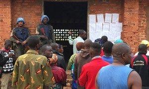 Des Casques bleus surveillent le déroulement du scrutin devant un bureau de vote en République centrafricaine en décembre 2015. Photo MINUSCA