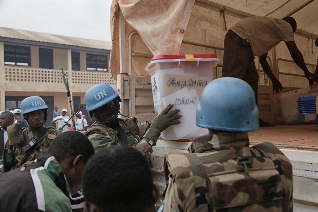 Des Casques bleus transportent des urnes lors du scrutin du 30 décembre 2015 en République centrafricaine. (archive)