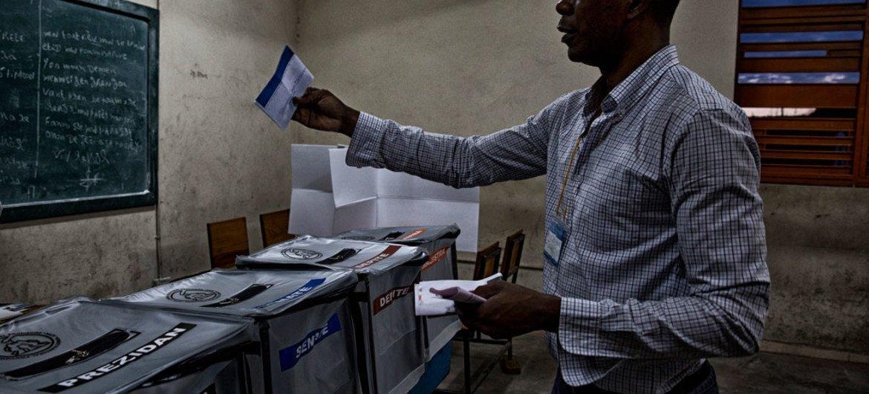 Un elector haitiano vota en las elecciones parlamentarias del 25 de octubre en Haití. Foto: UN/MINUSTAH/Igor Rugwiza