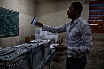 Голосование на выборах в Гаити 25 октября 2015 года. Фото МИНУСТА/Игорь Рудвиза