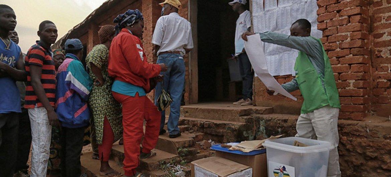 2015年年底,中非共和国选民在一个投票站。图片来源:中非特派团