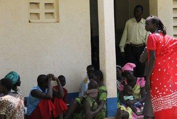 Madres de Sudán del Sur refugiadas con sus bebés hacen cola en un centro de salud cerca de un campo de refugiados en el norte de Uganda. Foto: UNICEF/Charles-Martin Jjuuko