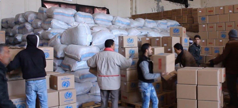 Trabajadores humanitarios preparan los suministros para enviar a Madaya, Siria. Foto: Captura de video UNICEF
