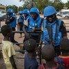 Cascos azules de la misión de la ONU en Mali, MINUSMA, son saludados por niños. Foto: MINUSMA/Marco Dormino