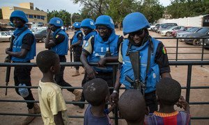Des Casques bleus de la Mission des Nations Unies au Mali (MINUSMA) discutent avec des enfants. Photo MINUSMA/Marco Dormino