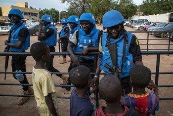 Миротворцы ООН беседуют с детьми в Мали