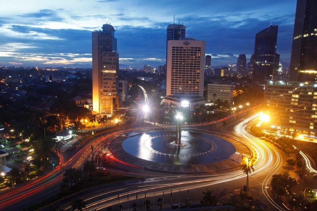 Vue panoramique au coucher du soleil de la ville de Djakarta, capitale de l'Indonésie.