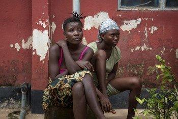 Dos mujeres sobrevivientes de ébola en Sierra Leona. Foto de archivo: UNICEF/Tanya Bindra