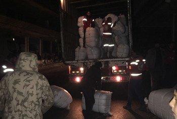 Гуманитарный персонал разгружает  груз, доставленный в сирийский город  Мадая.  Фото ЮНИСЕФ