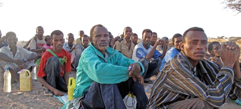 Migrantes esperan antes de hacer el cruce desde Yibuti hasta Yemen.