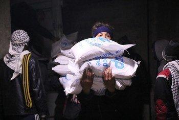 Жители  сирийской Мадайи получают помощь Фото  ВПП