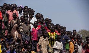Un groupe d'enfants dans un camp de protection des civils de la MINUSS, à Bentiu, dans l'Etat d'Unité, au Soudan du Sud. Photo ONU/JC McIlwaine