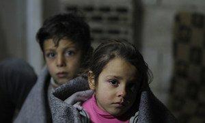 Ghinwa, de sete anos, e o irmão Alaa, de 11 anos, vivem no assentamento informal de Al-Khamisa, em Homs