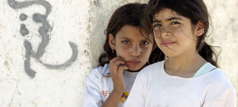 Dos niñas palestinas residentes en el campamento para refugiados del OOPS en Jericó.
