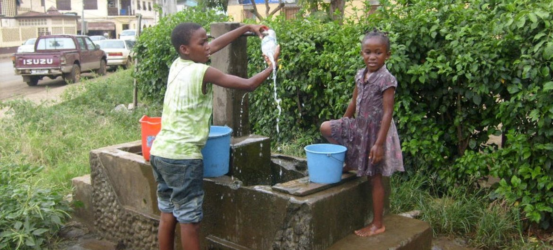 Niños sacando agua de una fuente pública en Malabo, la capital de Guinea Ecuatorial. Foto de archivo: Rodrigo A. Nguema/IRIN